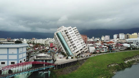Earthquake in Hualien, Taiwan, leaves building leaning precariously 2/7 영상물