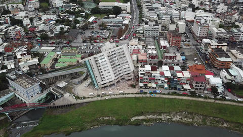 Earthquake in Hualien, Taiwan, leaves building leaning precariously 7/7 ビデオ