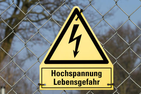 Yellow sign high voltage Danger to life Foto