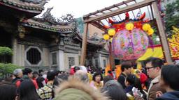 Worshippers gathering at Lonshang Temple Taipei Taiwan on Chinese New Year 2018 Bild
