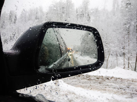 An exterior mirror of a car in winter フォト