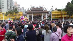 Worshippers gathering at Lonshang Temple Taipei Taiwan on Chinese New Year 2018 ビデオ