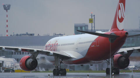 Airbus A330 of Air Berlin moves to terminal 영상물