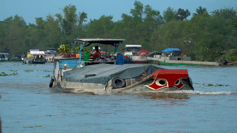 traditional floating market on Mekong delta ビデオ