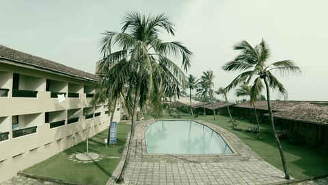 inner court of Hotel Sri Lanka , blue water in the pool under tall palm trees ビデオ