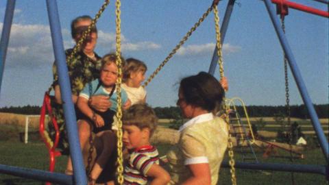 Family on swing 5 ライブ動画