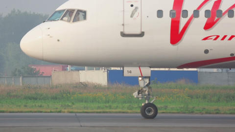 Boeing 757 VIM Airlines closeup Footage