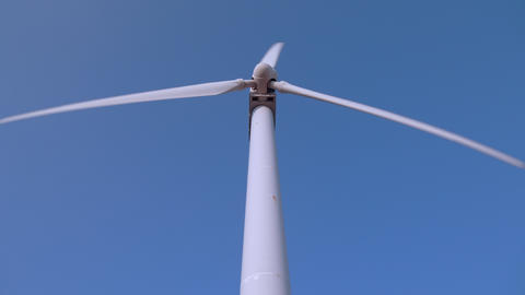 Movement of blades taken from just under the wind farm ビデオ