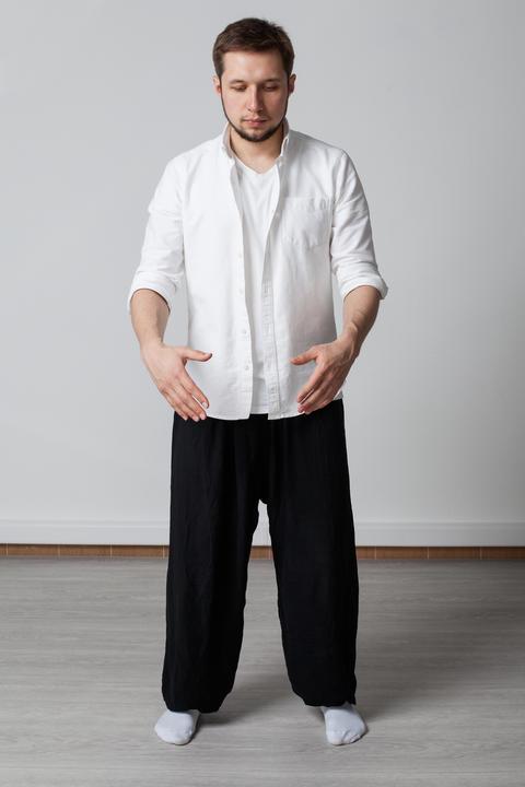 man performing qigong training フォト