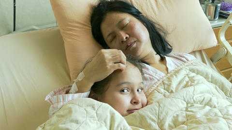 Tween girl in hospital bed with ill mother Live影片