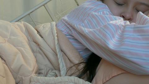 Asian American tween girl in hospital bed pan- Live影片