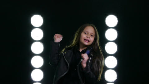 Young girl singing with microphone on stage Live影片