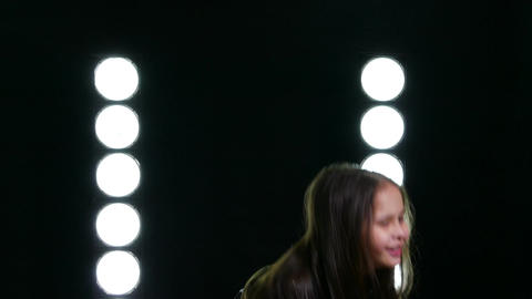 Young girl thanking crowd Live影片
