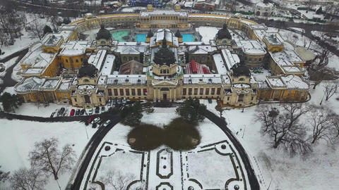 4K aerial drone footage of the famous Szechenyi Thermal Bath in City Park Archivo