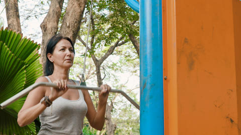 Attractive woman exercising ビデオ