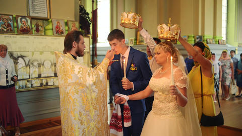 SUMY, UKRAINE - AUG 15, 2016: Newlyweds drinks wine from the hands of a priest 영상물