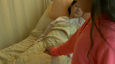 Daughter holds sick mother's hand in hospital bed OTS reveal Live影片
