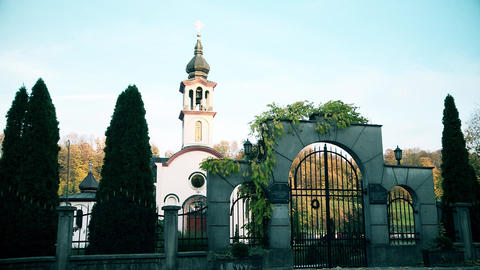 Orthodox Church and gates in the city Archivo