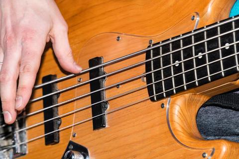 Hands of the guitarist's bass Fotografía