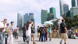 Tourists are in Singapore Merlion Park Archivo