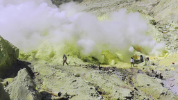 Extraction of sulfur in the crater of the volcano Ijen,Java Archivo