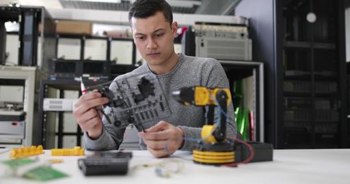 Young adult working on robotics ビデオ
