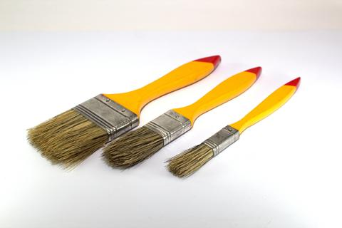 Three paint brushes with a width of 1 inch, 2 inches and 0.5 inches with yellow Fotografía