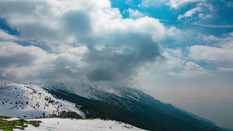 Mountains Peaks with Snow and Passing Clouds Archivo