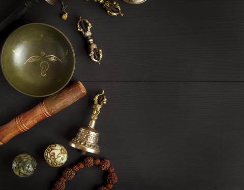 Copper singing bowl, prayer beads, prayer drum, stone balls and Fotografía