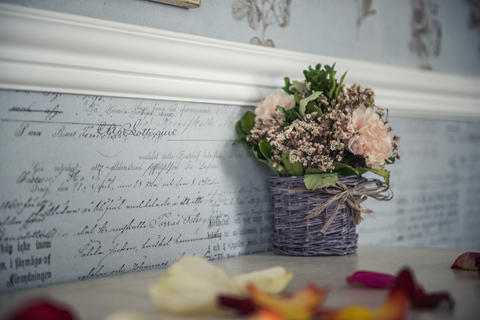 flowers in a basket. part of the interior Fotografía
