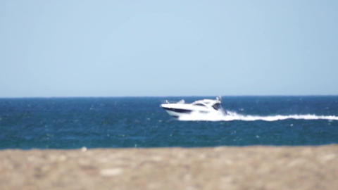 Yacht races past the beach Archivo