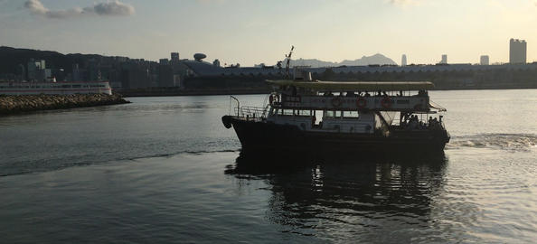 Boat moving away from the pier shot in landscape mode ビデオ