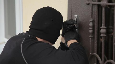 The thief breaks the door lock Live Action