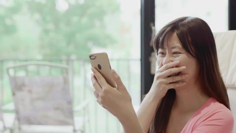 woman use phone happily ビデオ