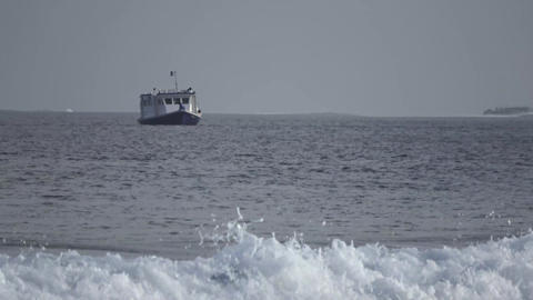 Boat, a big wave in the Indian Ocean. Maldives video Archivo