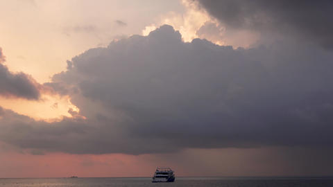 Indian Ocean and clouds, sunset. Maldives video Archivo