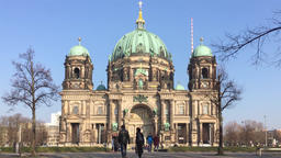 Zoom: Tourists At Berliner Dom, Berlin Cathedral, In Berlin, Germany 영상물