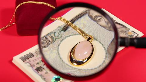 一万円札と拡大鏡とネックレス ビデオ