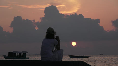 Girl looks at the sunset over the Indian Ocean. Maldives video Archivo