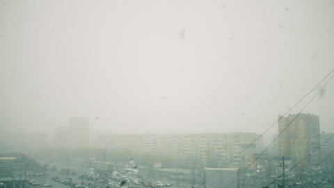Aerial view of snowstorm in urban city with buildings and cars Archivo
