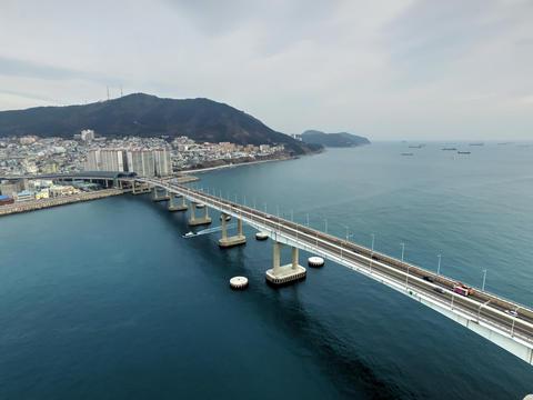 Namhangdaegyo is a girder bridge in Busan, South Korea, Asia Fotografía