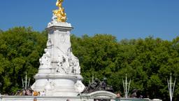 Tilt shot up the Victoria Memorial near Buckingham Palace. Shot on a sunny Septe Footage