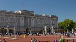 Pan shot from Buckingham Palace to the Victoria Memorial as traffic passes by. S Footage