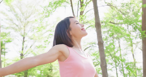 woman feel free in forest Live影片