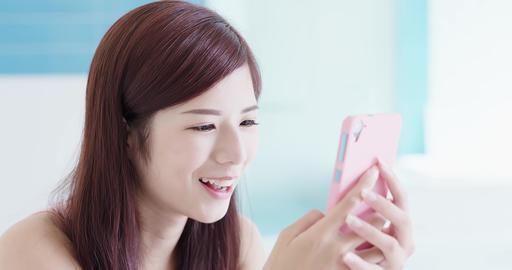 woman use phone ビデオ
