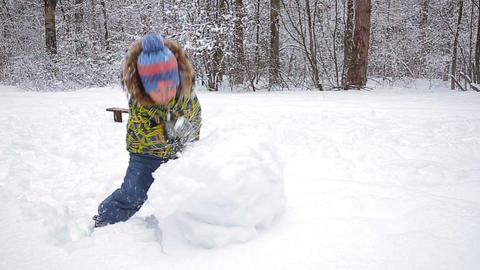 1 d2Fsa18xMwBeautiful cheerful boy with snowman Footage