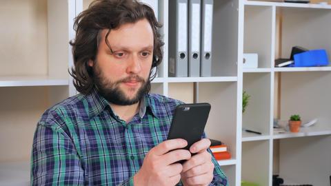 happy worker messaging in office ビデオ