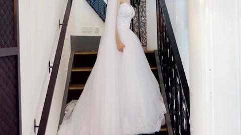 wide shot of bride & bridemaid wedding dress 영상물