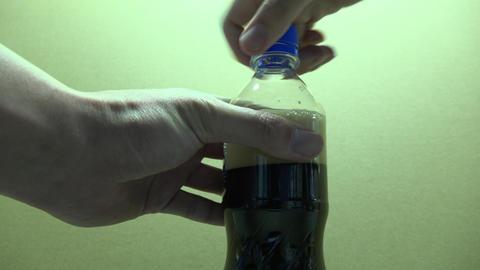 日常動作 炭酸飲料入りのペットボトルを振る Footage