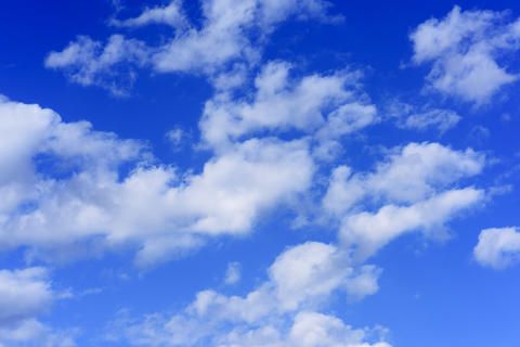 blue sky with white fluffy clouds フォト